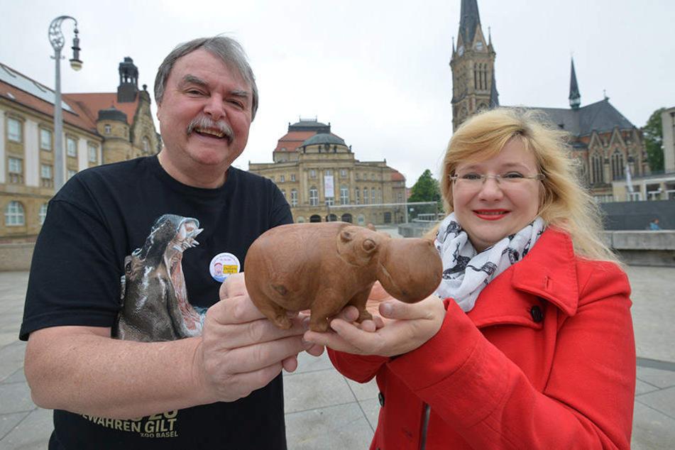 Die Nilpferd-Freunde Lothar Aurich (65) und Anika Börner (29) freuen sich auf ihr Wochenende in Chemnitz.