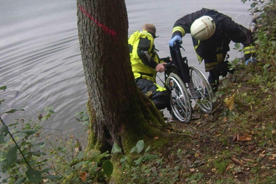Rollstuhlfahrerin stürzt Uferböschung hinab in Talsperre