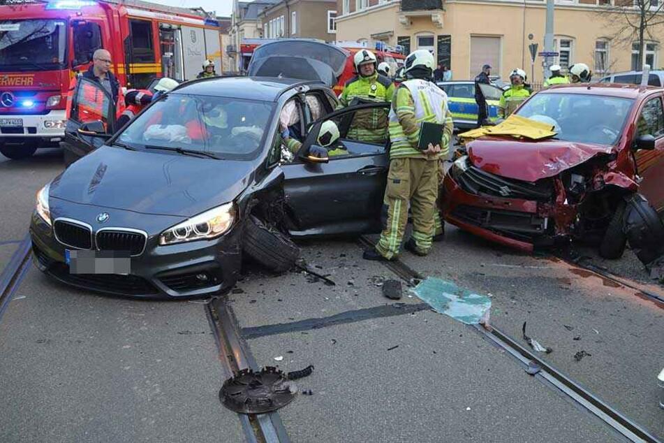 Rettungskräfte mussten unter anderem den Fahrer des BMW aus dem Wrack befreien.