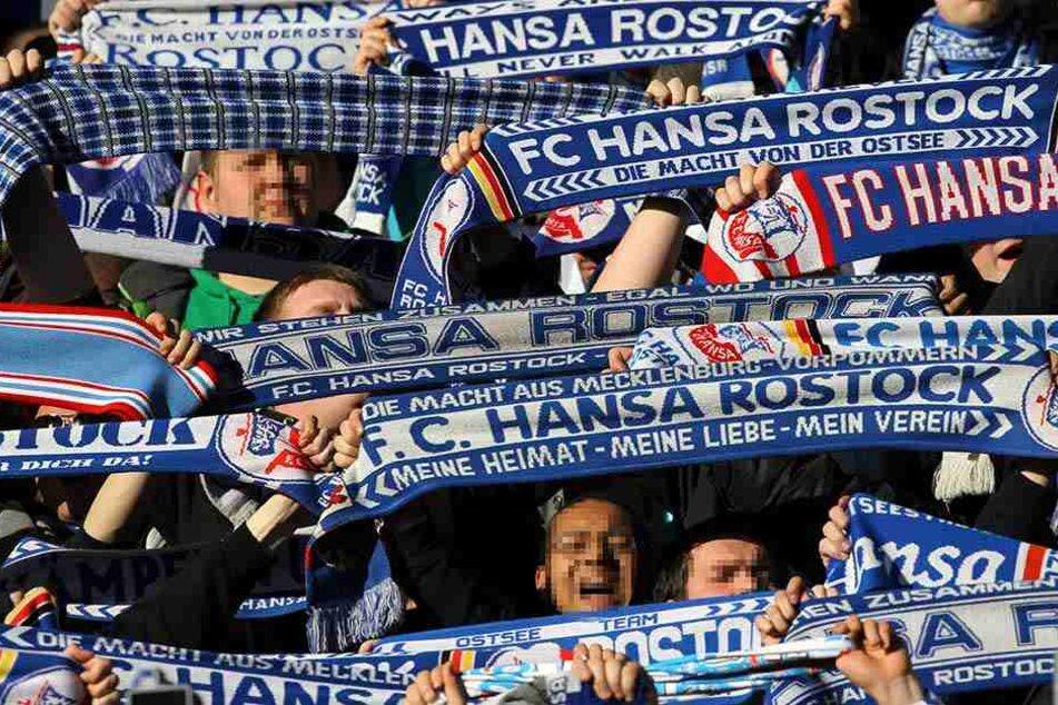 Fans des FC Hansa Rostock stürmen eine Gaststätte in Backnang und bedienen sich selbst am Bier, ohne zu zahlen. (Symbolbild)