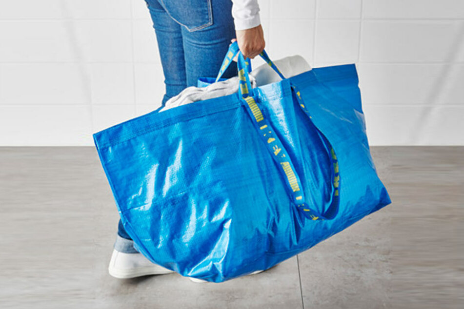 Egal ob zum Einkaufen, Wäschewaschen oder Reisen, die blaue Frakta-Tasche ist überall einsetzbar.
