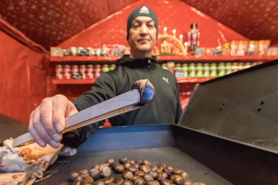 Mesut Ünsal (52) röstet seine Maronen live auf dem Neumarkt.