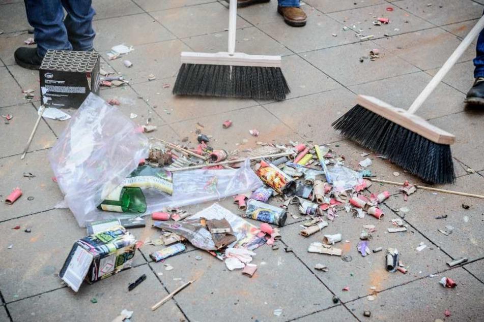 Die Bürger müssen ihre Böller-Abfälle selbst beseitigen. (Symbolbild)