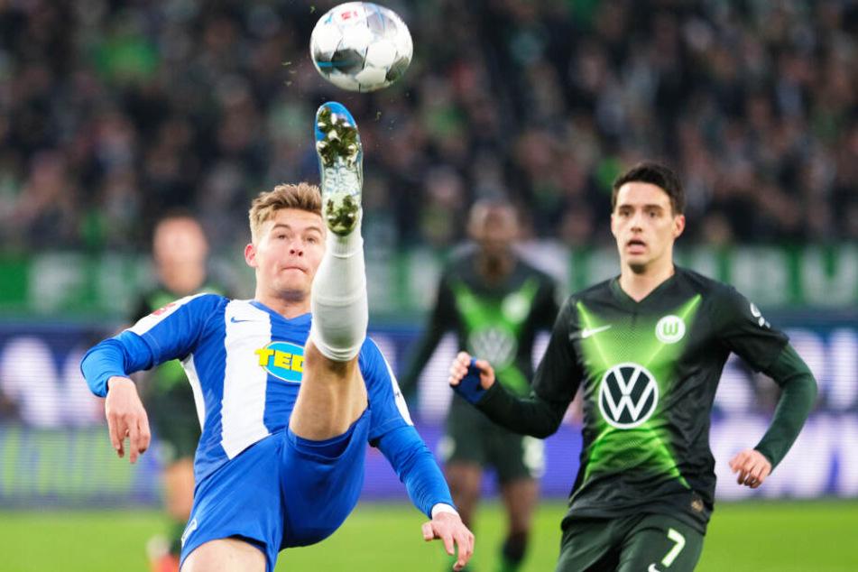 Herthas Linksverteidiger Maximilian Mittelstädt (l.) klärt artistisch vor Wolfsburgs Josip Brekalo.