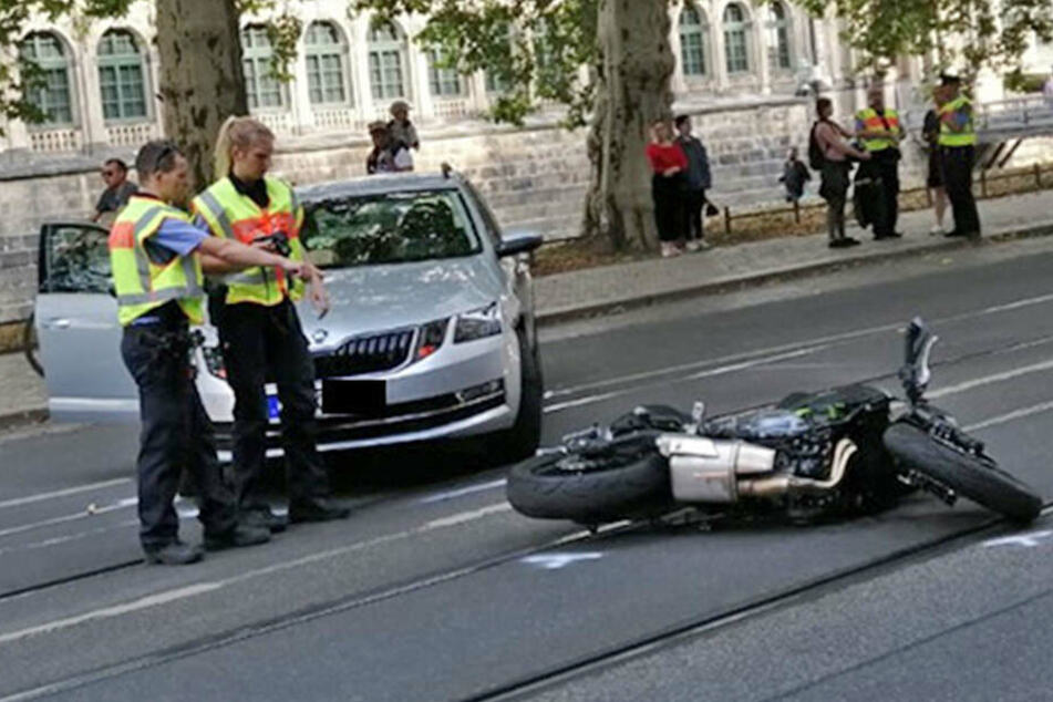 Vollsperrung nach Unfall in der Ostra-Allee: Skoda knallt gegen Motorrad
