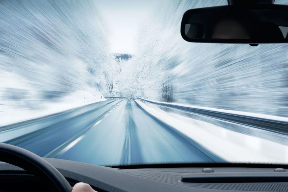 Ein Renault-Fahrer verlor auf der glatten Straße die Kontrolle über sein Auto (Symbolbild).