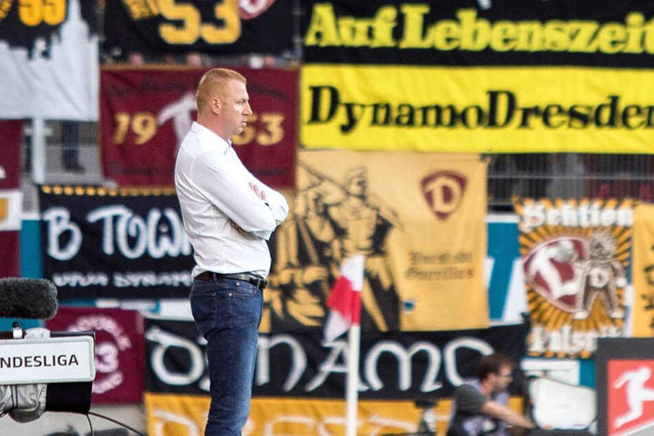 """""""Auf Lebenszeit - Dynamo Dresden"""", steht im Hintergrund geschrieben. Maik Walpurgis will zumindest gern bis Ablauf seines Vertrages (Juni 2020) Trainer der Schwarz-Gelben bleiben."""