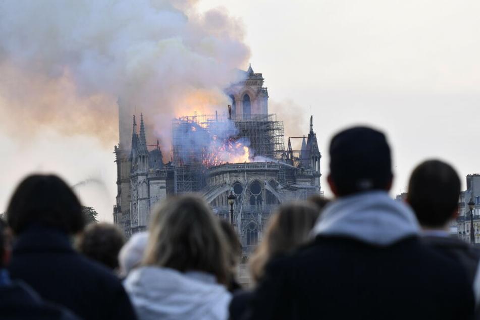 Entsetzt mussten die Pariser Einwohner mit ansehen, wie ihr Wahrzeichen den Flammen zum Opfer fiel.