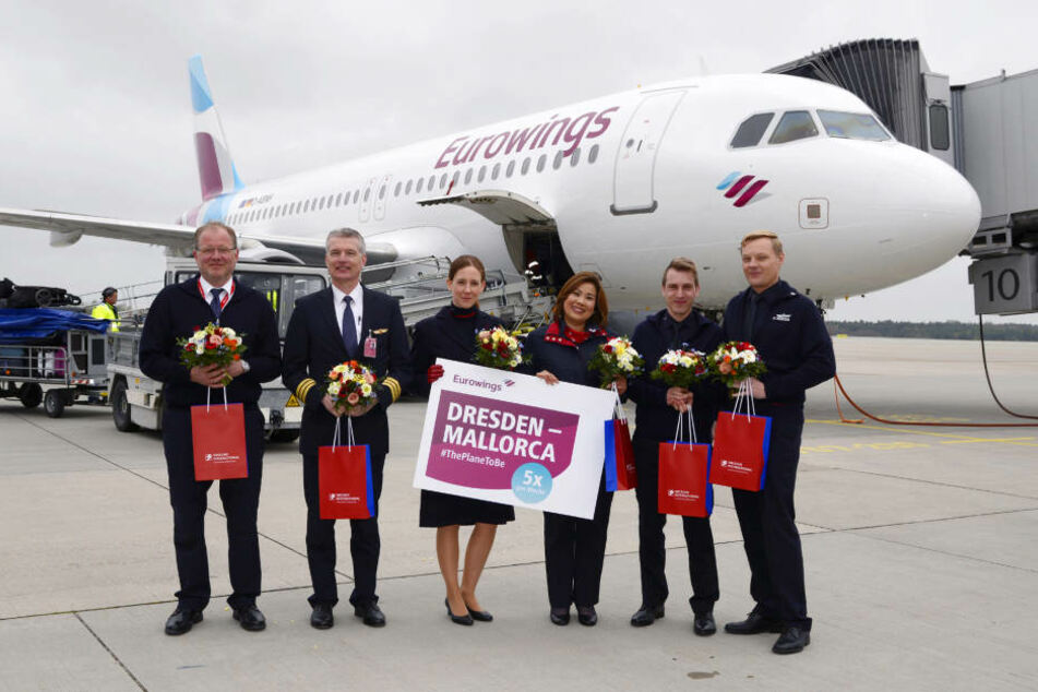 Die Crew des Premieren-Fluges bekam Blumen und kleine Geschenke.