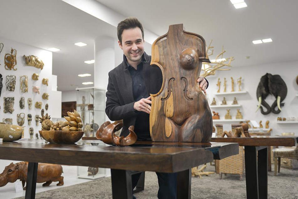 """""""Mir gefällt die Schlichtheit!"""" Yevgeniy Urikh (29) mit seinem Lieblingsstück, einer Cello-Figur aus Palisanderholz (850 Euro)."""