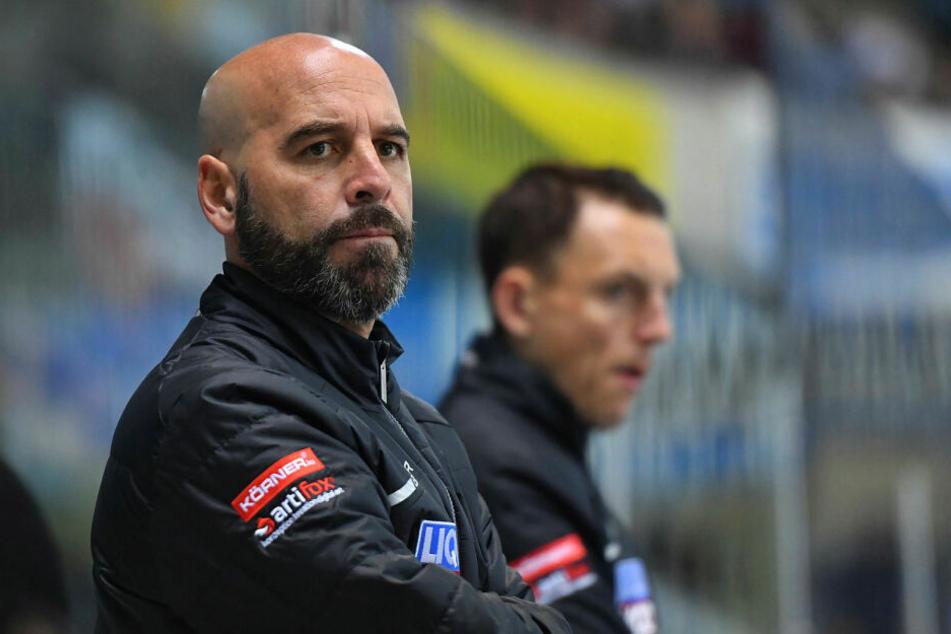 Trainer Rico Rossi feierte am Freitag den ersten Auswärtssieg mit den Eislöwen.