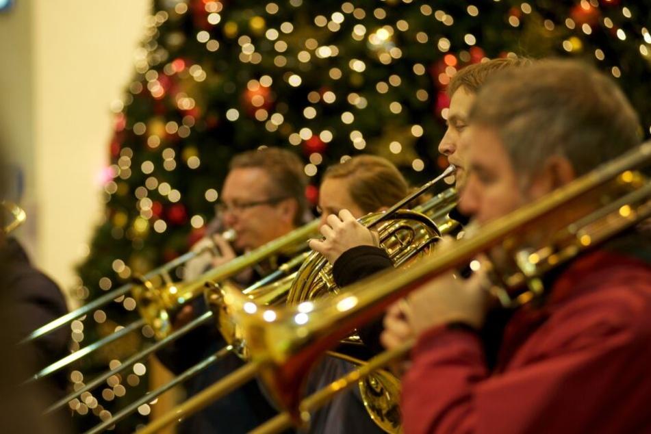 Trompeter werden im Hauptbahnhof Stuttgart weihnachtliche Lieder spielen.