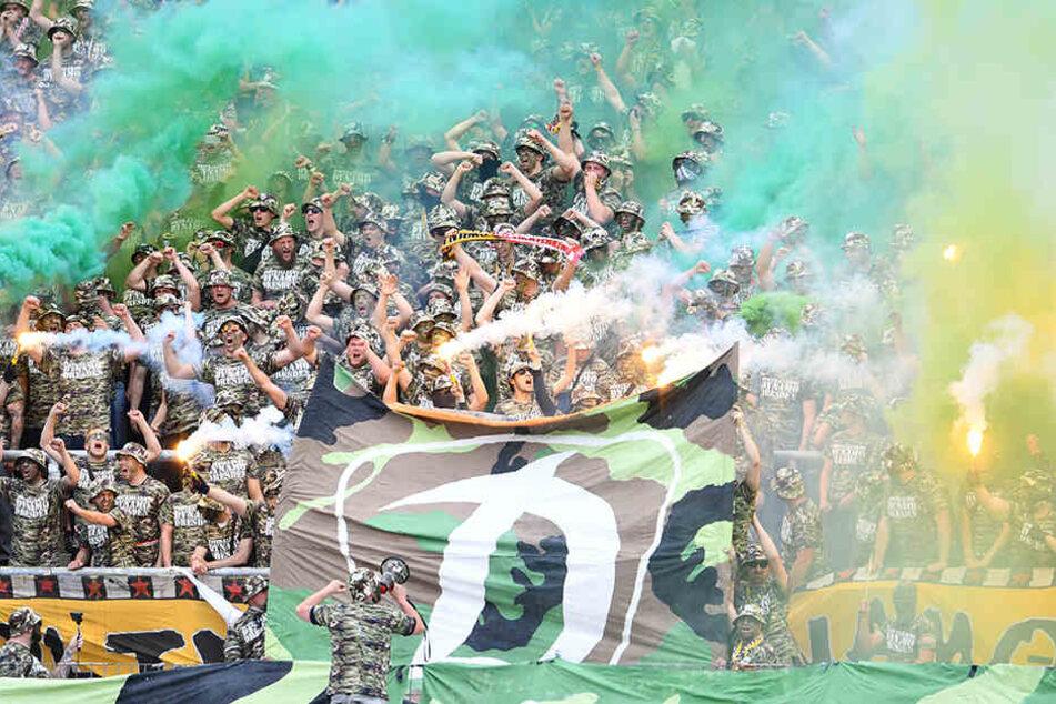 """Der martialische Auftritt als """"Football Army Dynamo Dresden"""" in Karlsruhe kam beim DFB ebenfalls nicht gut an."""