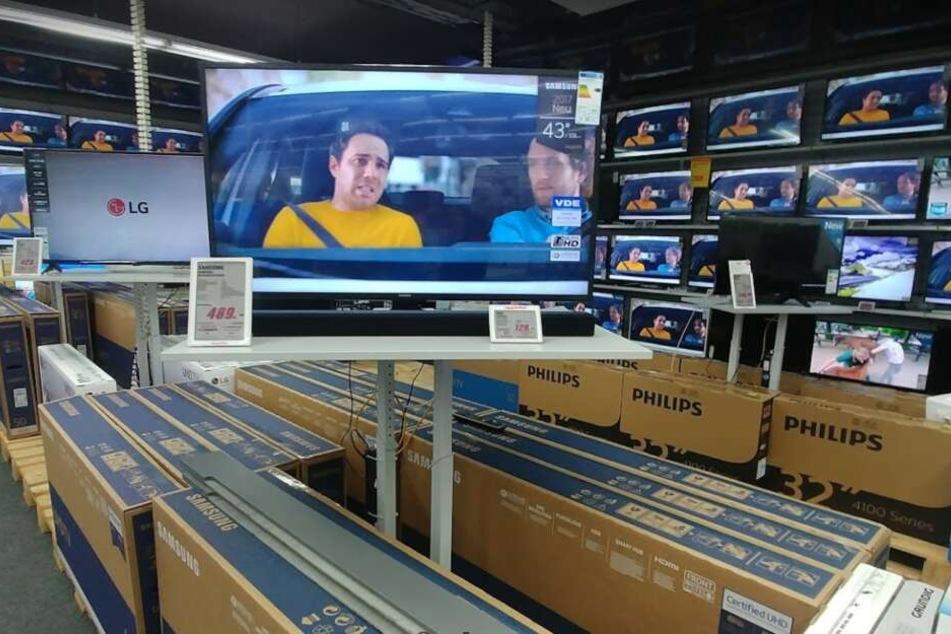 riesiger abverkauf bei mediamarkt tv kaufen und smartphone geschenkt kriegen tag24. Black Bedroom Furniture Sets. Home Design Ideas