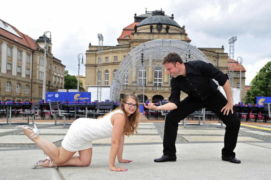 Petra Köhler (31) und Heiko Thurau (34) von der Tanzschule Köhler-Schimmel üben schon mal vorab. Am Freitag zeigen sie Filmfans wie Johnny und Baby einst tanzten.