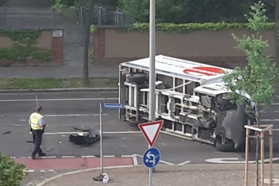 Der Transporter kippte zur Seite und lag so stundenlang die Theresienstraße versperrend quer.