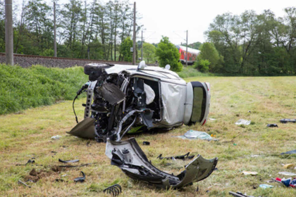 Das Auto wurde durch den Unfall auf ein angrenzendes Feld geschleudert. Der Fahrer wurde schwer verletzt.
