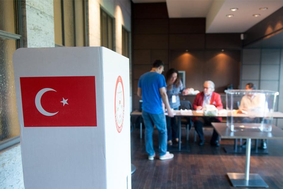 Wahlhelfer bereiten am 31.07.2014 im Olympiastadion in Berlin ein Wahllokal für die türkischen Präsidentschaftswahlen vor.