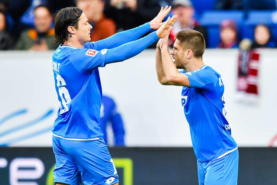 TSG-Kicker Nico Schulz (l.) klatscht Andrej Kramaric (r.) nach dessen Tor zum 1:0 ab.