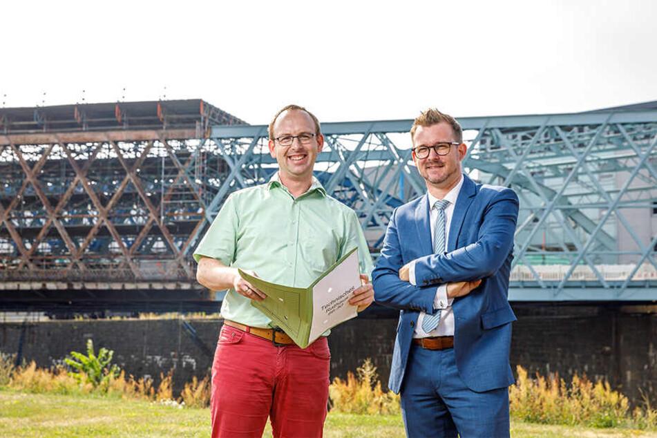 """Halbzeit: Dresdens Brückenchef Andreas Gruner (35, l.) und Baubürgermeister Raoul Schmidt-Lamontain (43, Grüne) am halbfertigen """"Kleinen Blauen Wunder""""."""