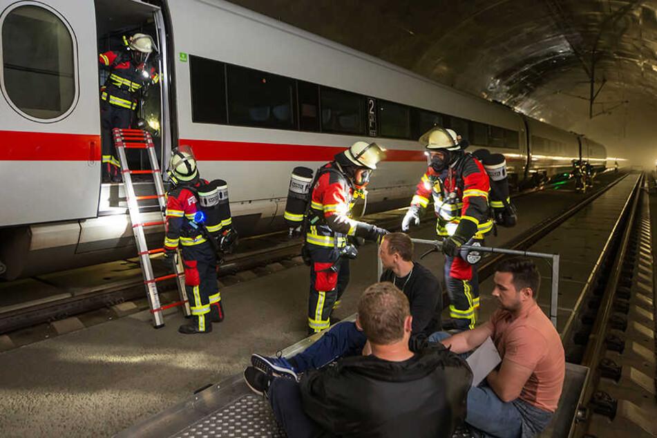 """Einsatzkräfte der Feuerwehr retteten bis zu 40 """"Verletzte"""" aus dem ICE."""