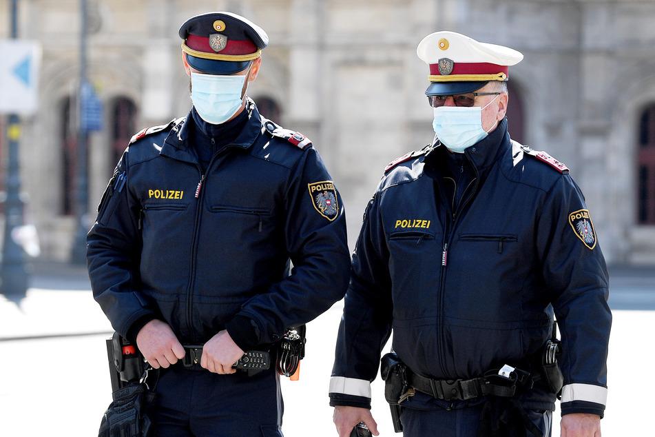 Polizisten mit Mundschutz sind in Österreich auf Streife. (Symbolbild)