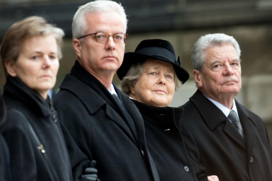 Marianne von Weizsäcker (2.v.r.), Joachim Gauck (r), sowie die Kinder von Richard von Weizsäcker, Fritz von Weizsäcker und Beatrice von Weizsäcker, stehen beim Staatsakt für den gestorbenen Bundespräsidenten von Weizsäcker am Berliner Dom.