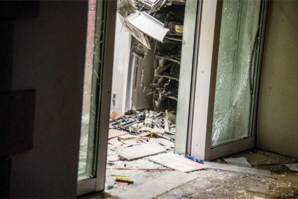Die Überreste des zerfetzten Geldautomaten.