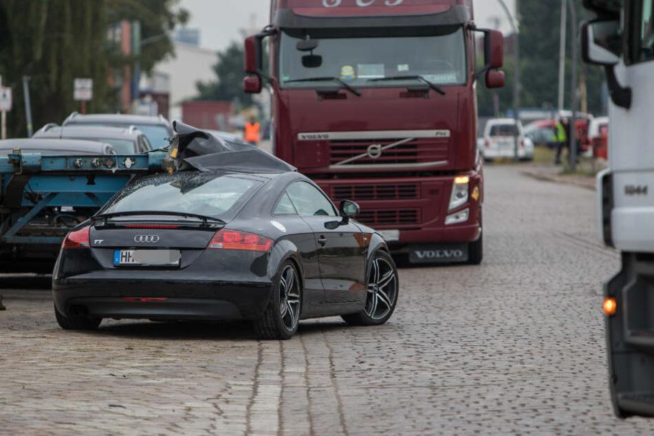 Der Audi geriet unter den Sattelauflieger.