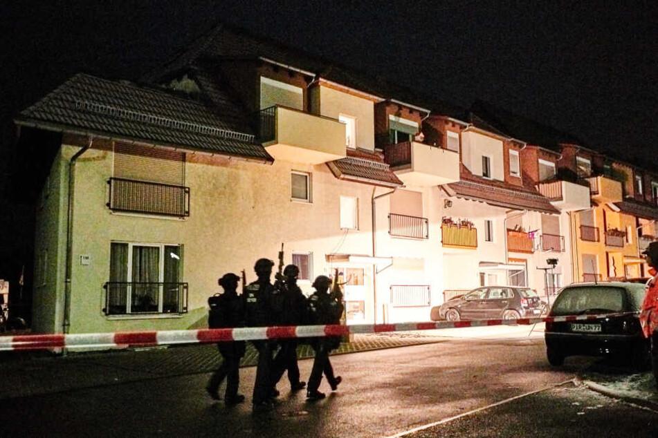 Zunächst gab es Meldungen, dass sich der Mann in seiner Wohnung mit Waffen und Chemikalien verbarrikadiert. Später wurde er tot aufgefunden.