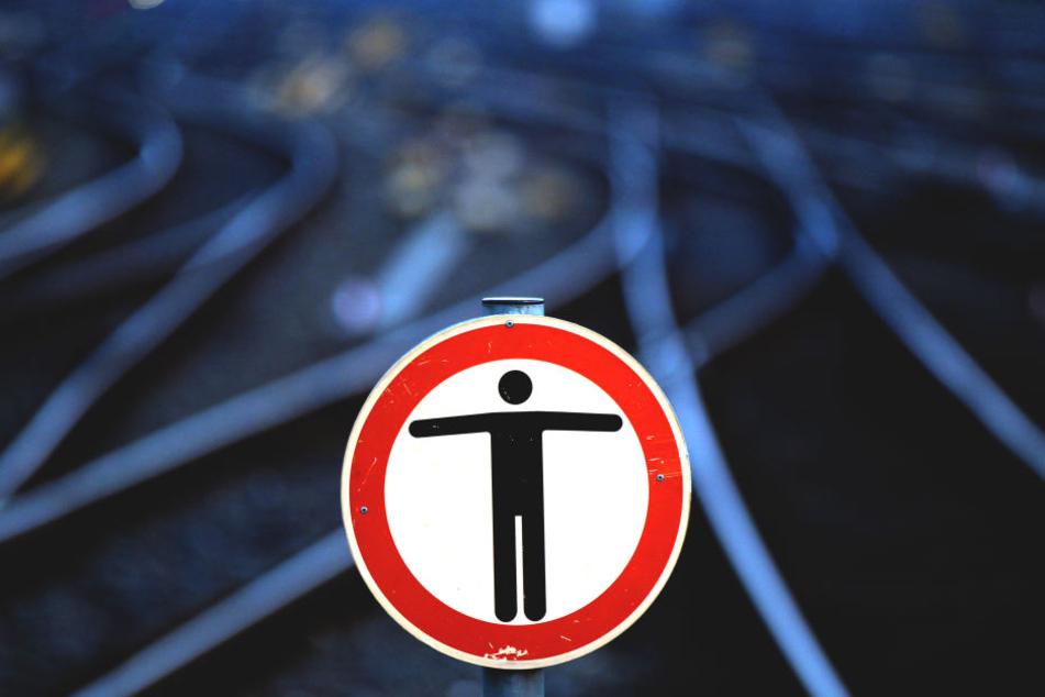 Ein Mann entdeckte am Dienstagmorgen an Bahngleisen in Leverkusen einen menschlichen Torso (Symbolbild)