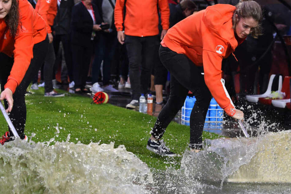 Aufgrund sintflutartiger Regenfälle musste das Fußball-Spiel Deutschland-Dänemark verschoben werden. Die Partie der Frauen wird am Sonntag nachgeholt. Deshalb verschiebt sich der Übertragungsbeginn des Fernsehgartens.