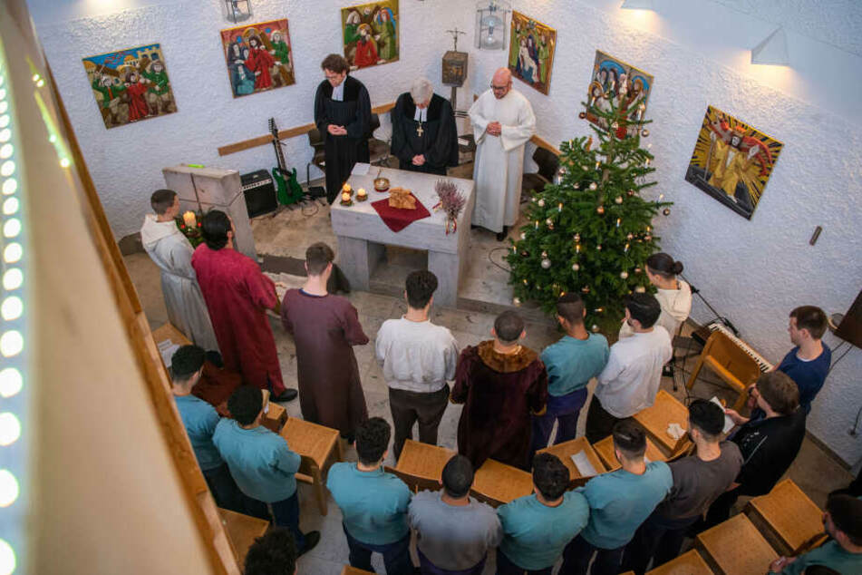 Gefängnisinsassen spielen in der Kirche der JVA Neuburg-Herrenwörth das Krippenspiel beim Weihnachtsgottesdienst mit Landesbischof Bedford-Strohm.