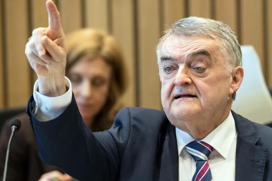 Herbert Reul vor dem Innenausschuss des Landtags, der sich mit den Vorfällen in Lügde befasst: Der NRW-Innenminister will nun eine spezielle Arbeitsgruppe einrichten.
