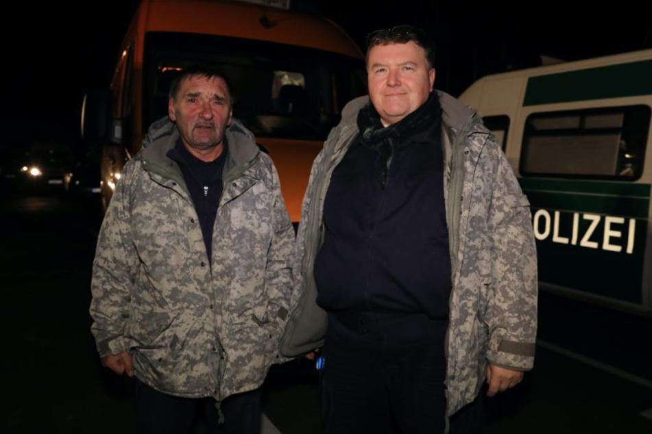 Die Sprengmeister Hans-Peter Schmidt (58, l.) und Holger Klemig (55) können mit der Entschärfung beginnen, sobald die Polizei die Evakuierung beendet hat.