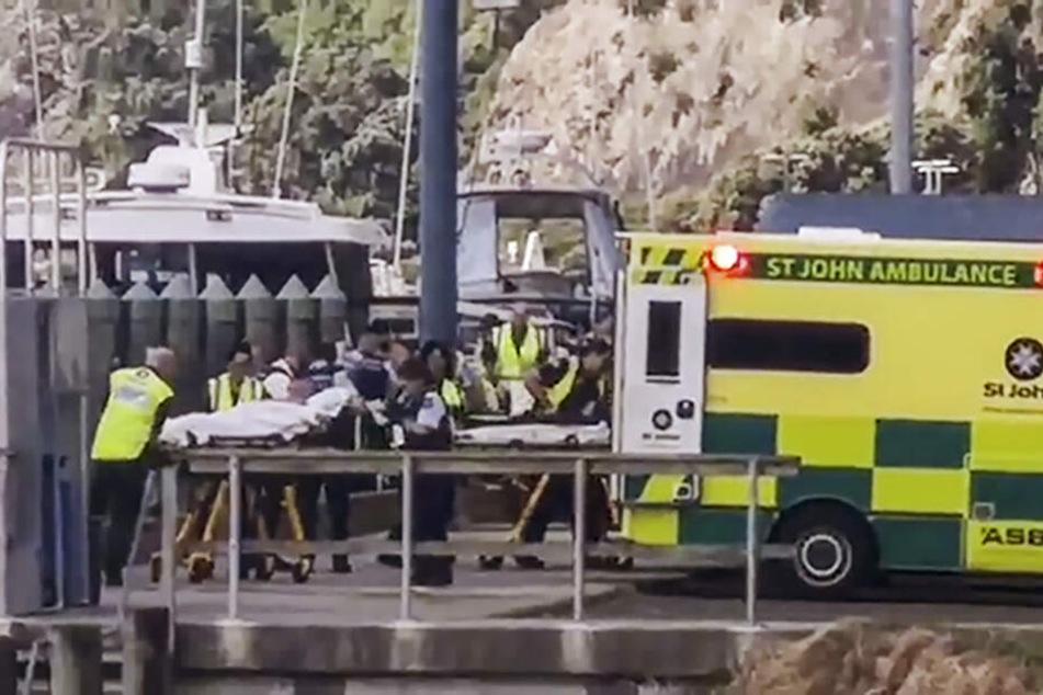 Verletzte werden nach dem Vulkanausbruch von Krankenwagen abtransportiert.