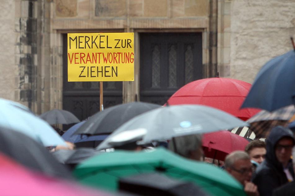 """Auch Kritik an der Bundeskanzlerin wurde deutlich: """"Merkel zur Verantwortung ziehen""""."""