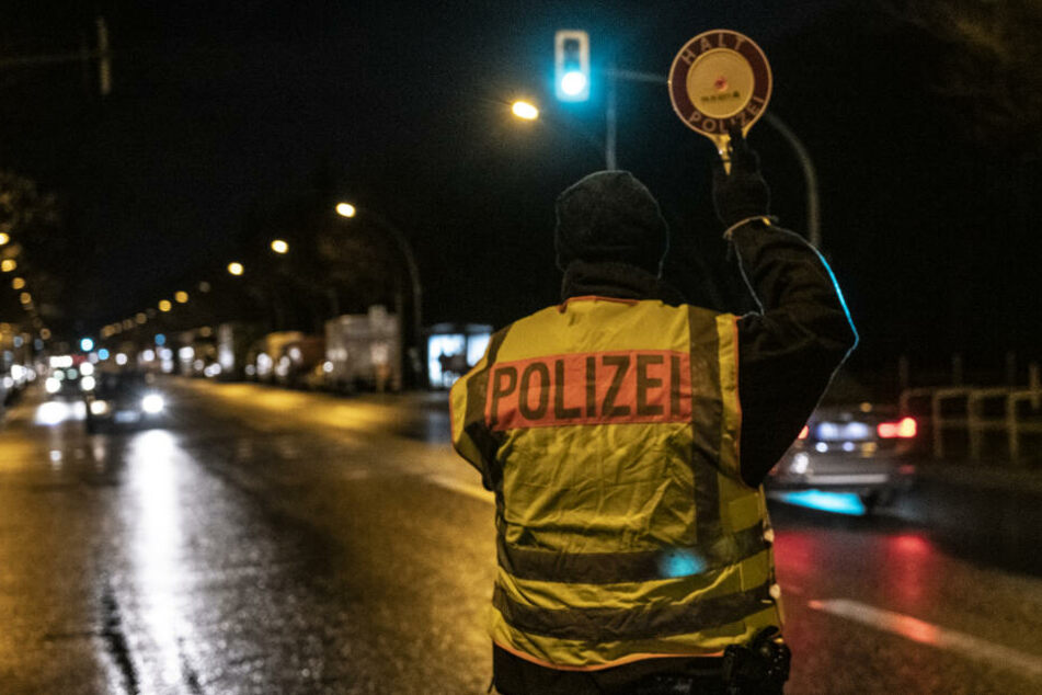 Die Polizei hatte das Auto kontrollieren wollen, doch das fuhr einfach weiter. (Symbolbild)