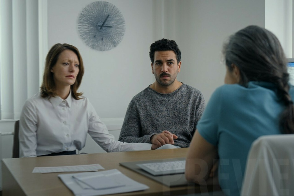 Alice (l., Lavinia Wilson) und Niklas (Elyas M'Barek) versuchen verzweifelt, ein Kind zu bekommen.