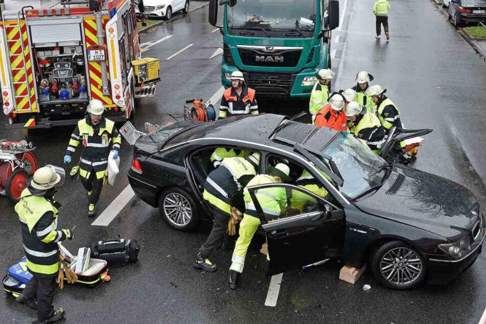 Betonmischer rammt BMW! Feuerwehr muss schwer verletzten Fahrer befreien