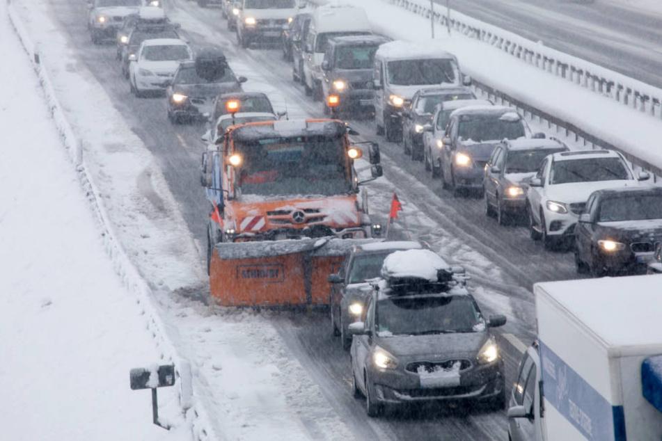 Das Winterwetter hat Bayern fest im Griff und sorgt für Chaos. (Symbolbild)