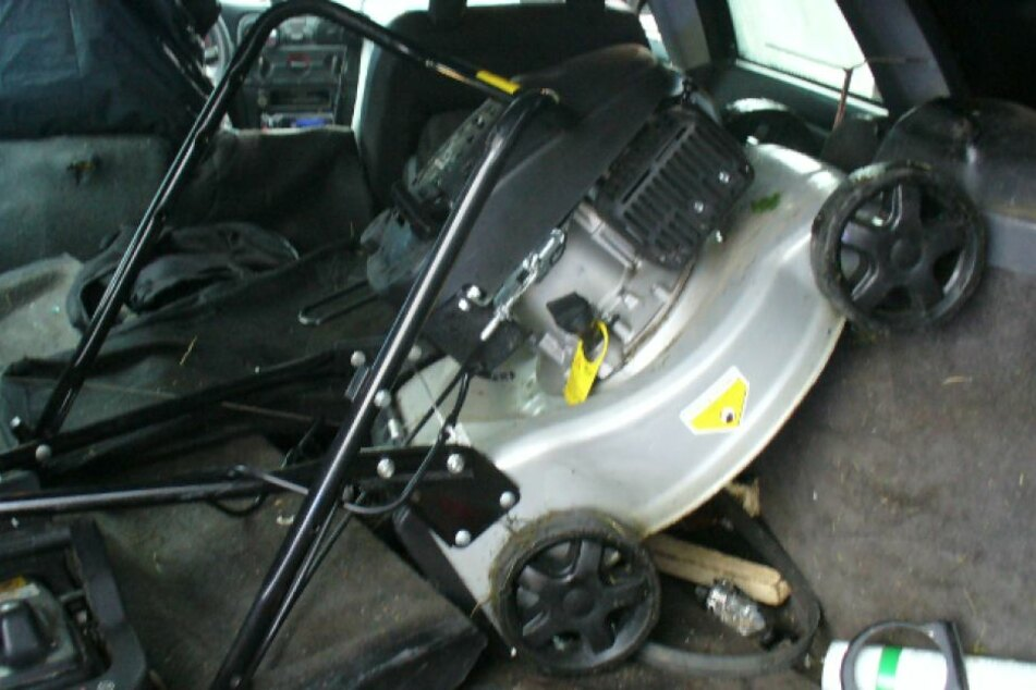 Im Kofferraum des Volvo fanden die Beamten allerhand Gestohlenes.