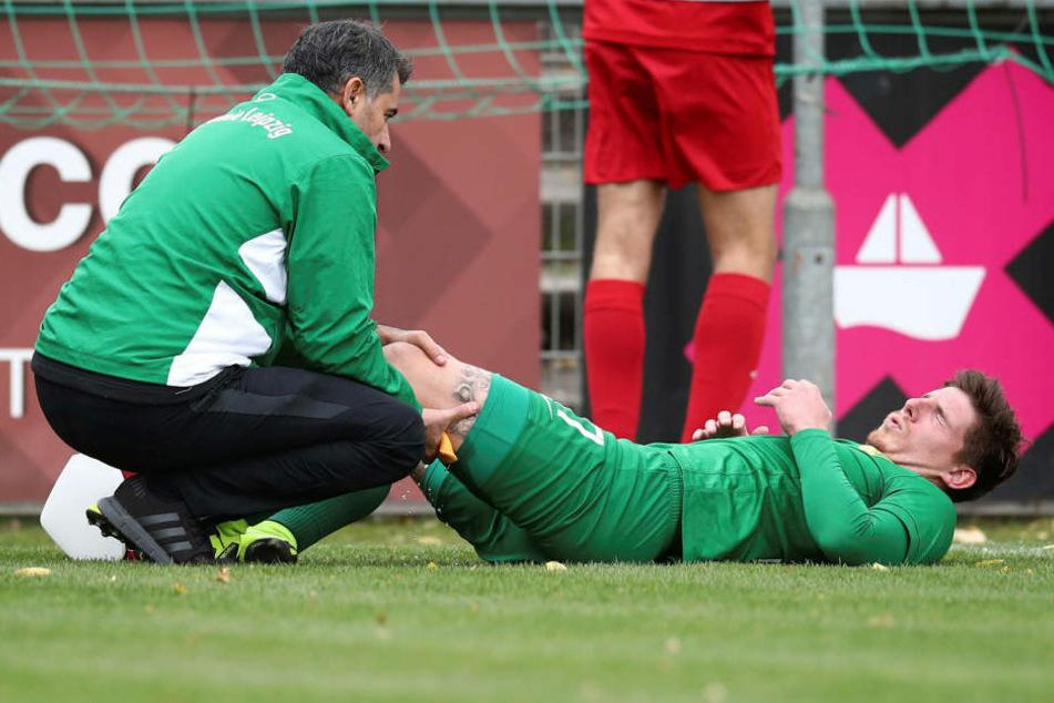 BSG-Physiotherapeut Alireza Hamzehian (l.) kümmerte sich am Samstag um Kai Druschkys linkes Bein. Beim Abschlusstraining am Montag stand er schon wieder auf dem Platz, einem Einsatz steht wohl nichts im Wege.