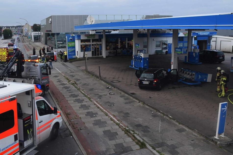 Eines der beiden Fahrzeuge krachte in eine Tankstelle und riss eine Zapfsäule aus der Verankerung.