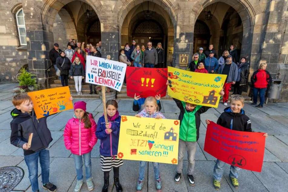 Schüler und Eltern hatten vor dem Rathaus für die Sanierung der Grundschule in Klaffenbach demonstriert.