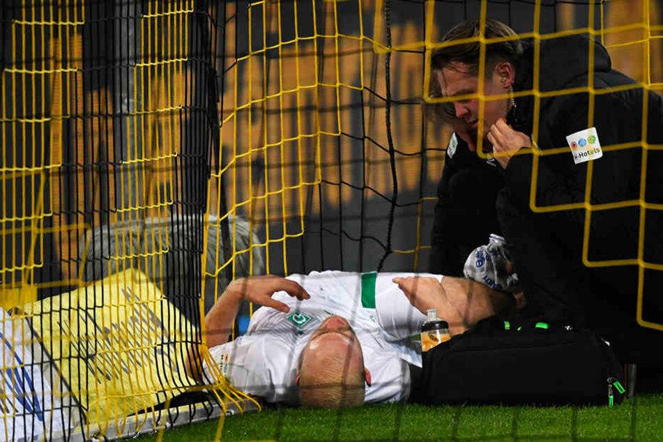 Bremens Davy Klaassen musste nach einer Rettungsaktion schon früh verletzt ausgewechselt werden.