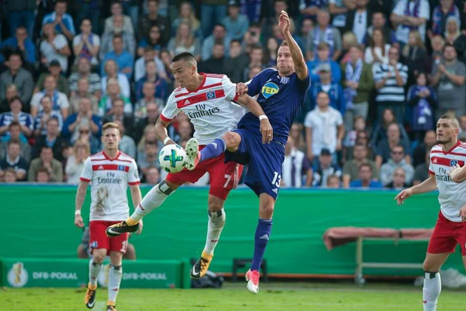 Tim Danneberg im Trikot des VfL Osnabrück: Hier im Kopfballduell mit dem HSV-Stürmer Bobby Wood.