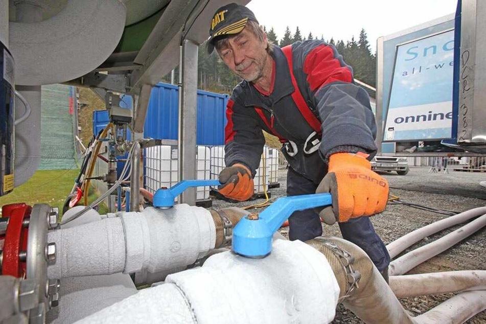 Die Schneeproduktion ist aufwändig, kostspielig und nicht sonderlich umweltfreundlich. Daher hat der VSC im März das Schneedepot angelegt.