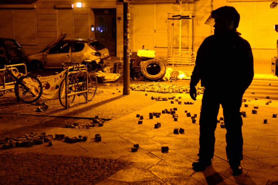 Linksextremer Brennpunkt Rigaer Straße: Polizeiautos mit Steinen beworfen