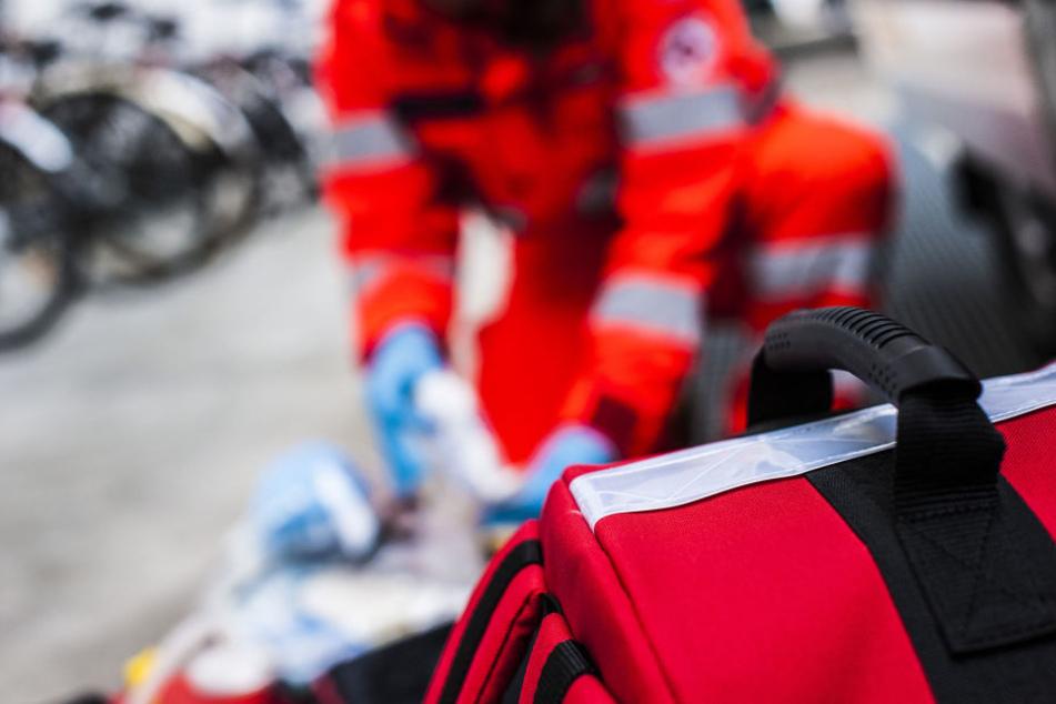 Die Frau konnte sich selbst aus dem Wagen befreien und kam schwer verletzt ins Krankenhaus (Symbolbild).
